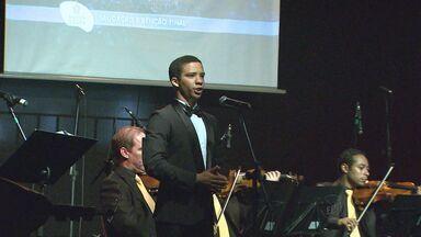 Tenor Jean William apresenta concerto de natal em Bebedouro, SP - Apresentação reuniu outros cantores líricos e coral.