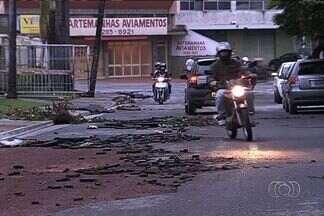 Chuva causa transtornos em Aparecida de Goiânia - A força da água arrebentou muros e estragou carros. Na Avenida São Paulo a chuva partiu e arrastou placas de asfalto.
