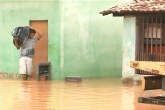 Chuva forte alaga parte da cidade de Barreiras na última quinta - Em algumas ruas a água chegou a meio metro de altura. Nesta sexta, choveu forte também em Juazeiro e Vitória da Conquista.