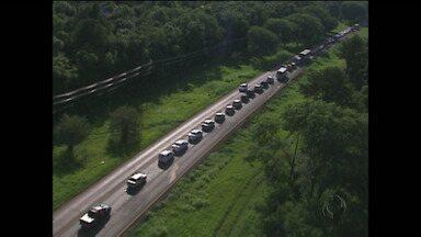 Protesto bloqueia estrada do parque das cataratas - Manifestação é contra determinação que proíbe táxis e vans de circular por estrada dentro do Parque Nacional.