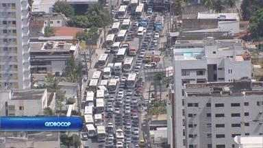 Queda de postes complica trânsito e deixa moradores de Jaboatão sem energia - Segundo a Celpe, 90% dos moradores afetados já tiveram a energia normalizada às 5h da manhã.