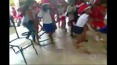 Tiroteio assusta alunos dentro de escola no interior de Minas Gerais - As crianças faziam uma apresentação de fim de ano quando ouviram os disparos. O pai de um das crianças filmava a celebração. Uma professora foi baleada pelo ex-marido que se matou. Ela está internada em estado grave.