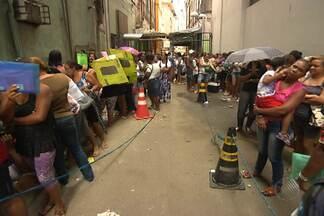 Popula ainda enfrenta longas filas para fazer recadastramento do Bolsa Família - Nesta sexta se encerra o prazo para as cinco mil pessoas que devem se recadastrar em Salvador.