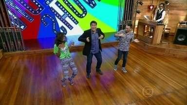 Zeca Camargo recebe os novos apresentadores Didi Effe e Pathy Dejesus - Trio faz os passos da celebração de fim de ano da Globo