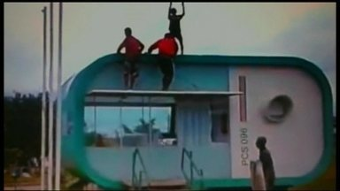 Posto da PM vira brincadeira de criança em Santa Maria - Adolescentes aproveitaram um posto abandonado para gravar um vídeo escalando a estrutura e jogando bola no telhado. PMs confirmaram que não há efetivo para trabalhar no local, por isso fica fechado a maior parte do tempo.