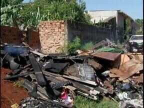 Incêndio destrói uma casa no Jardim Morenitas, em Foz - Pais e três filhos ficaram desabrigados.