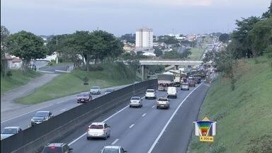 Acidente interrompe trânsito na Via Dutra em Taubaté (SP) - Motoristas tiveram que ter paciência na tarde desta sexta-feira.