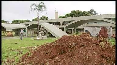 Reforma na Casa do Cantador em Ceilândia altera o projeto original da obra de Niemeyer - A obra só deve terminar em março do ano que vem. A reforma começou há dois meses. O prédio criado por Oscar Niemeyer inaugurado há 27 anos para abrigar as manifestações culturais na cidade já sofreu alterações.