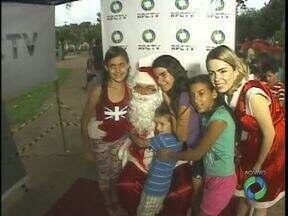 Papai Noel da RPC esteve hoje na Praça Sete de Setembro na Região no Morumbi - Amanhã a programação é na Vila C. Além do Papai Noel, a festa também tem muitos doces e brinquedos para a criançada se divertir.