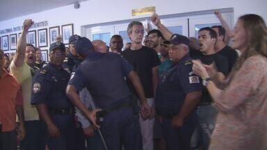 Protesto de servidores na Câmara de Santos obriga vereadores a suspender sessão - Sessão extraordinária votaria projeto da prefeitura sobre parcerias com organizações sociais.