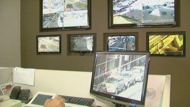 Uso indevido de câmeras de segurança causa 10 demissões em Araraquara - Após a denúncia de uso indevido das câmeras de segurança de Araraquara (SP), a Secretaria de Segurança demitiu 10 funcionários que atuaram no setor.