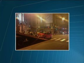 Imprudência provoca dois capotamentos nas ruas de Guarapuava - Em um dos acidentes, na região central da cidade, os dois motoristas disseram que o sinal estava verde.
