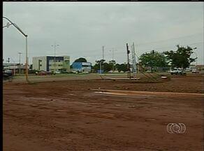 Terra e grama invadiram ruas e avenidas após chuva em Palmas - Terra e grama invadiram ruas e avenidas após chuva em Palmas