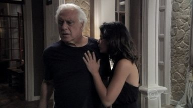 Aline despista César - Ela inventa uma desculpa para explicar a discussão ouvida pelo médico