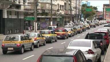 Donos de autoescolas protestam contra simuladores de trânsito no ES - Motoristas saíram de Cariacica em direção à Praça do Papa. Trânsito ficou complicado na região.