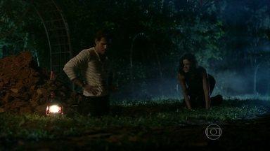 Aline ajuda Ninho a enterrar Mariah - A vilã pensa em uma forma de restaurar a procuração de César