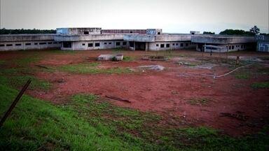 Hospital inacabado em Goiás já gastou mais de R$ 16 milhões com a obra - Em Águas Lindas de Goiás, não se inaugura o hospital e não é por falta de doentes. Em Santo Antônio do Descoberto, o pequeno hospital da cidade foi interditado pela vigilância sanitária, mas segue funcionando por falta de opção.