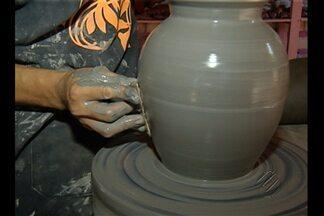Tradição indígena com artesanato ultrapassa gerações - Conhecimento indígena transforma argila em cerâmica e couro de búfalo em objetos.
