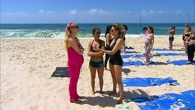 """""""Eu chorei muito na primeira vez que pratiquei"""", diz Bárbara Paz sobre a yoga - Aluna da modalidade bikram, atriz aproveita para exercitar na praia"""