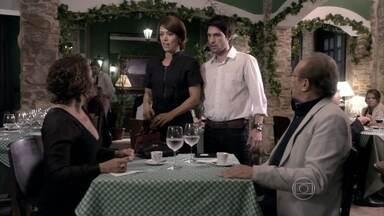 Luciano vê Ordália com Herbert no restaurante - Ele fica atordoado. Ordália lamenta o encontro