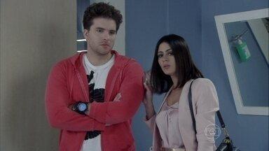 Niko ofende Amarilys - A dermatologista não permite que o empresário segure Fabrício no colo e o acusa de querer roubar sua família