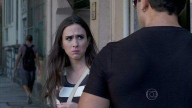 Valdirene pede para Carlito levá-la a um rodízio - O rapaz convida a periguete para ficar no mesmo hotel em que ele está hospedado
