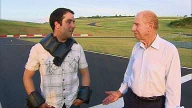 Jovem e idoso testam reflexos ao dirigir - O piloto do AutoEsporte cria um circuito com obstáculos e convida um jovem a dirigir com pesos no corpo, como se ele fosse um idoso.