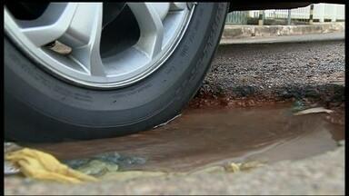 Buracos se multiplicam em Taguatinga com a chuva - A chuva que caiu na região nos últimos dias fez o número de buracos aumentar. Motoristas reclamam dos gastos com manutenção dos carros. Moradores cansados com a situação, improvisam e tentam minimizar os problemas.