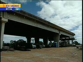 Parte de obras da duplicação da BR-116 na Região Sul do RS está paralisada - Operários reclamam da falta de pagamento de uma parcela do 13º salário.