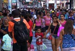 Sergipanos lotam lojas na véspera de Natal - Muitos sergipanos deixam para comprar o presente de Natal na última hora
