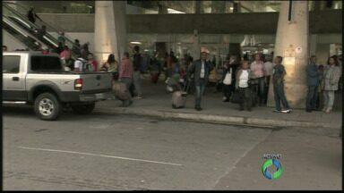 Movimento de pessoas é grande na rodoviária de Curitiba - A expectativa é que 480 ônibus saiam hoje de Curitiba
