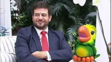 Regras de etiqueta: Bruno Astuto diz o que pode ou não na ceia de Natal - Colunista também presenteou Ana Maria com almofada personalizada