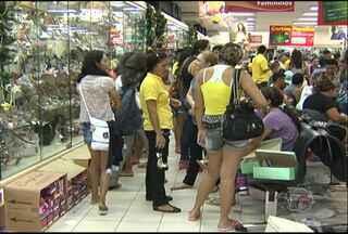 Clientes escolhem a noite para fazer compras de Natal - Horário ampliado do comércio facilitou compras.
