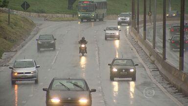 Por causa da chuva, motoristas devem ter atenção redobrada nas estradas - Além da pista molhada, movimento nas estradas ainda é grande em Minas Gerais. Motorista deve evitar ultrapassagens perigosas.