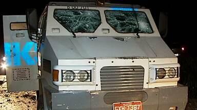 Criminosos tentam roubar carro-forte na BR-153, próximo a Canápolis - De acordo com a empresa, nada foi levado. Na fuga, os criminosos fizeram três pessoas reféns.