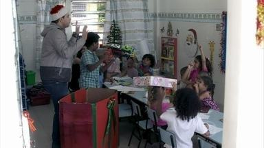 Niko distribui presentes para as crianças do orfanato - Todos se alegram