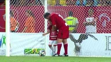 Em décima edição do Jogo das Estrelas, Zico anuncia 'aposentadoria' do amistoso - Galinho de Quintino faz gol com neto e avisa que não joga mais a tradicional pelada de fim de ano.