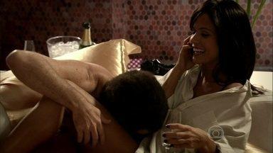 Mulher liga para o ex-namorado e pede conselhos para o atual - Esquete mostra uma dificuldade do início de namoro