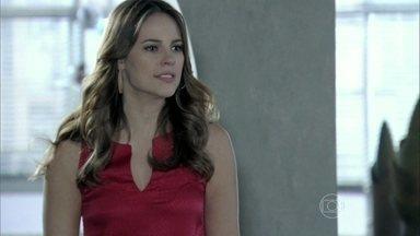 Paloma não aceita que Pilar tenha perdoado Félix - A médica diz que o vilão deveria estar na cadeia e que não vai passar o Ano Novo na mansão.