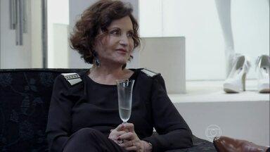 Tamara tenta seduzir Rubão - O fazendeiro se oferece para pagar o vestido de noiva de Gigi