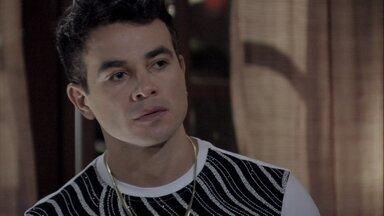 Carlito procura Márcia - A ex-chacrete se arruma para receber a visita de Atílio