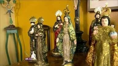 Nadia Bochi e Jimmy Ogro conhecem a casa do artista plástico Said Santiago - Said é conhecido por vestir santos inspirado na religiosidade barroca