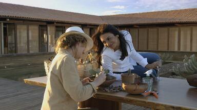 Celeste revela a Isabel que tem um amante; assista à prévia! - A amiga pergunta se a esposa de Cavalcanti não tem medo