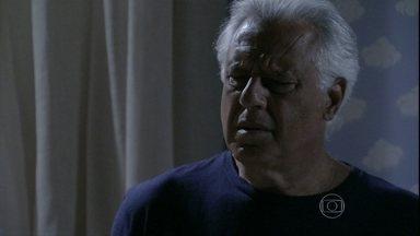 César ouve Aline conversando com um homem - Ninho tenta convencer Aline a fugir. César vai até o quarto do filho e ouve as vozes