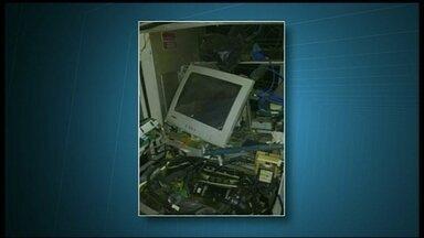 Bandidos explodem caixa eletrônico em posto de combustíveis em Sobradinho - Os assaltantes estavam armados e renderam os frentistas do posto, que fica na DF-150. Os criminosos amarraram os funcionários e depois explodiram o caixa eletrônico. Ninguém ficou ferido.