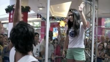 Valdirene consegue conquistar o público do shopping - A periguete acusa Murilo e Ellen de traição