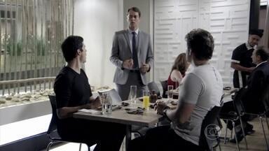 Félix e Eron procuram Niko - Félix vai até o restaurante para pedir perdão ao empresário. Eron procura Niko para desabafar sobre o caso de Rafael