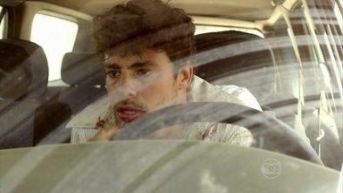 Corre! Durante tentativa de fuga, Leandro é acertado na barriga - Sommelier consegue pegar carro de João e sai em disparada