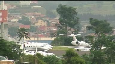 Erro do Governo Federal obriga estado de SP a suspender privatizações em aeroportos - O governo do estado de São Paulo foi informado na terça (14), que vai ter que suspender a licitação para privatizar cinco aeroportos. Existia uma autorização pra isso desde a semana passada, mas o governo diz que foi um erro.