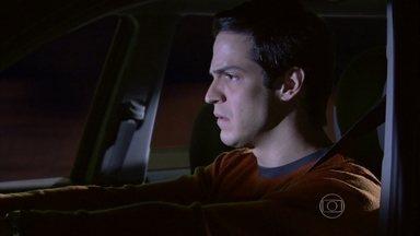 Félix não consegue conversar com Niko - Ele fica desconfiado quando Adriana comenta que Amarilys passeou com Fabrício e tenta alertar o amigo